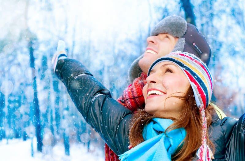 χειμερινές νεολαίες πάρκων ζευγών στοκ φωτογραφίες με δικαίωμα ελεύθερης χρήσης