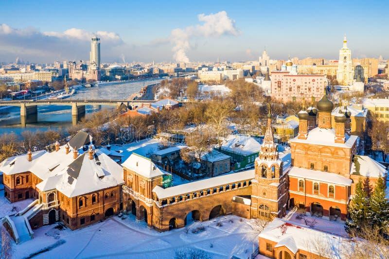 Χειμερινή άποψη του ποταμού Moskva, της γέφυρας Novospasskiy, και των ουρανοξυστών σε ένα ηλιόλουστο πρωί Krutitsy Metochion Πάγο στοκ φωτογραφία
