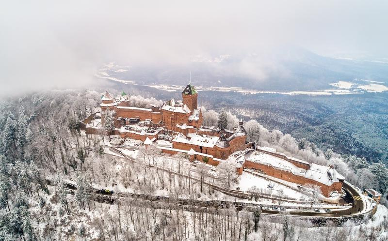 Χειμερινή άποψη του πύργου du Haut-Koenigsbourg στα βουνά Vosges Αλσατία, Γαλλία στοκ φωτογραφίες