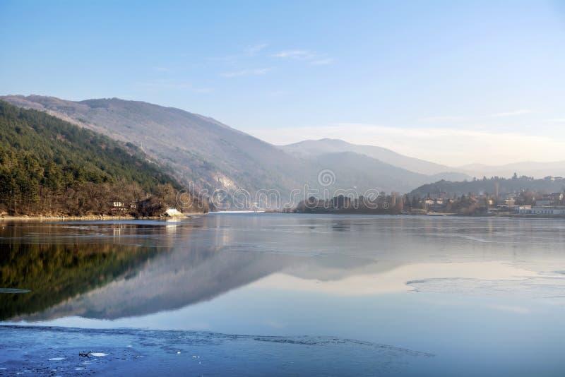 Χειμερινή λίμνη με τα βουνά στοκ εικόνες