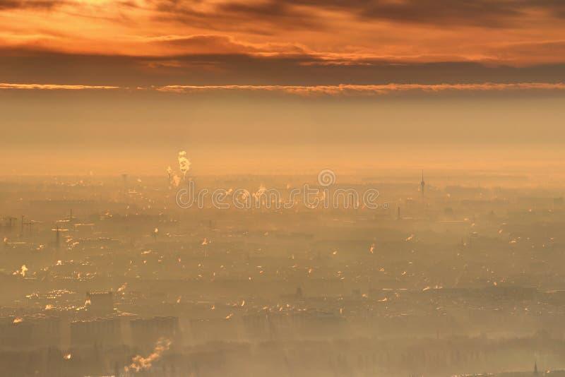 Χειμερινή ανατολή πυράκτωσης με τα φωτεινά πορτοκαλιά σύννεφα πέρα από τη Βουδαπέστη στοκ φωτογραφία