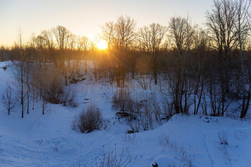 Χειμερινή αυγή πέρα από τον ποταμό στοκ φωτογραφία