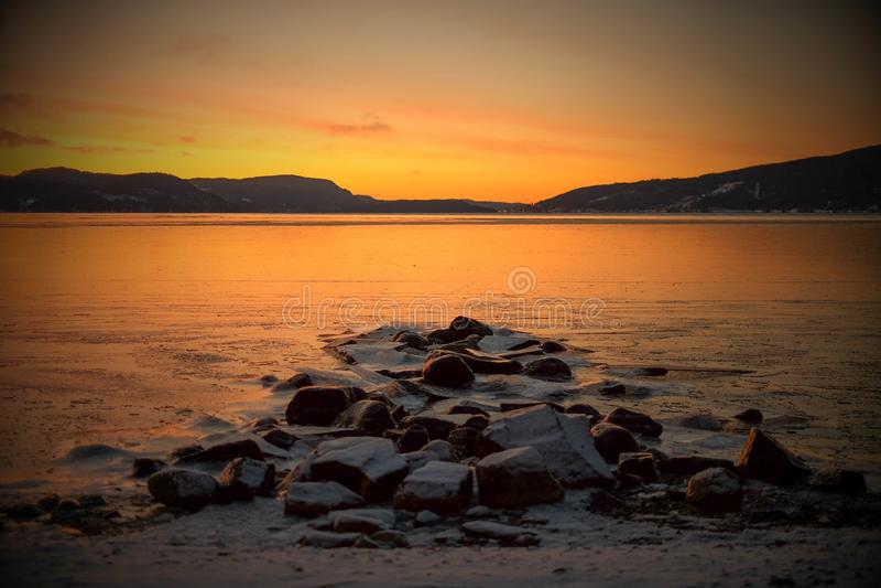 Χειμερινή αυγή πέρα από το φιορδ στοκ εικόνα