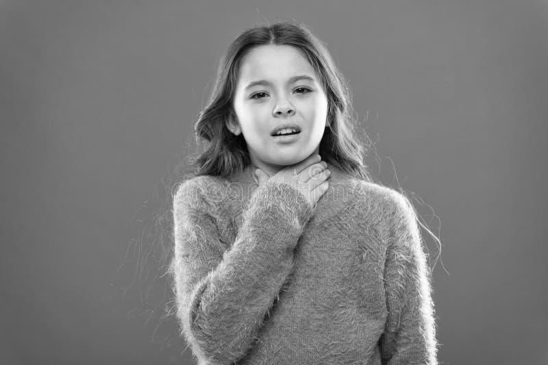 Χειμερινή γρίπη Μικρό παιδί κοριτσιών Κομμωτής για τα παιδιά r r r r o στοκ φωτογραφία με δικαίωμα ελεύθερης χρήσης
