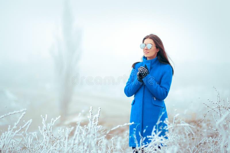 Χειμερινή γυναίκα μόδας με τα γυαλιά ηλίου καθρεφτών και το μπλε παλτό στοκ φωτογραφία με δικαίωμα ελεύθερης χρήσης