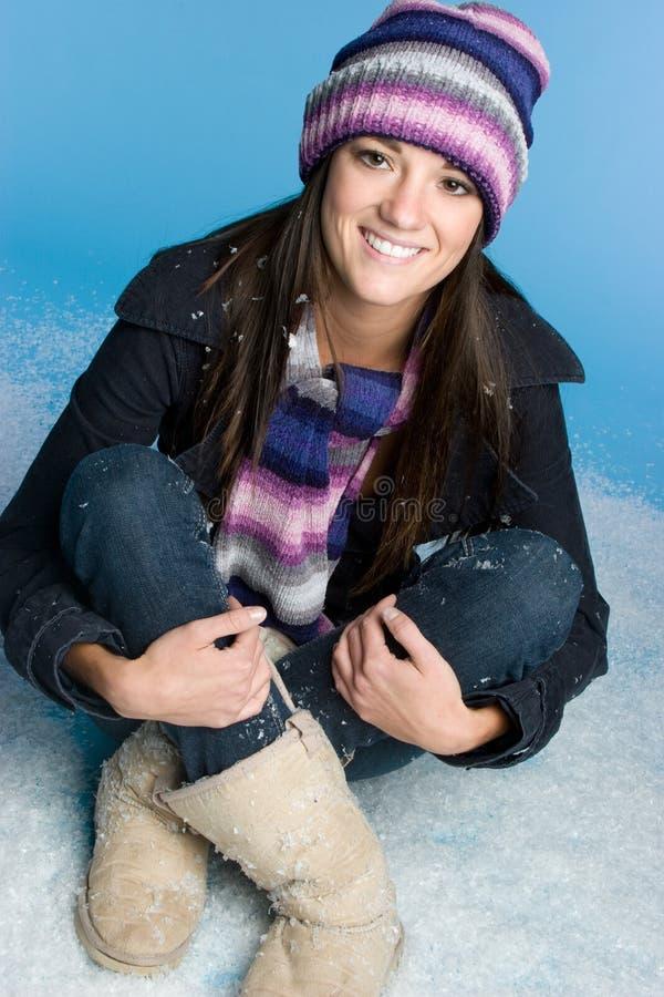 χειμερινή γυναίκα χιονι&omicro στοκ εικόνα με δικαίωμα ελεύθερης χρήσης