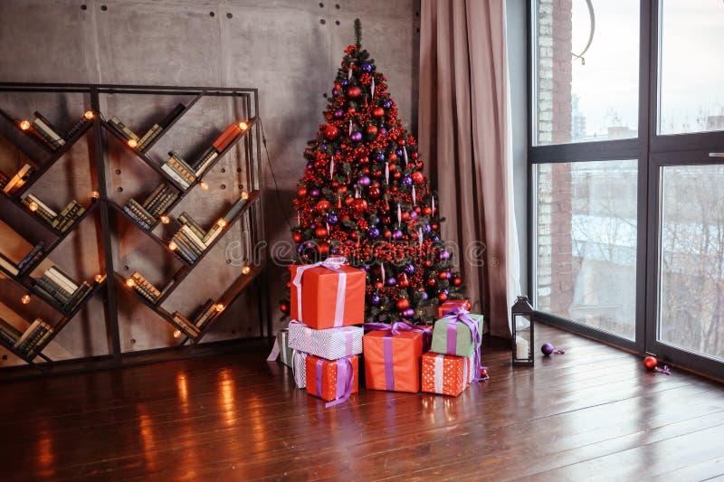 Χειμερινή διακόσμηση διακόσμηση του ραφιού για το νέα έτος ή τα Χριστούγεννα κεριά, χριστουγεννιάτικο δέντρο, βιβλία, τόξα και πρ στοκ εικόνα