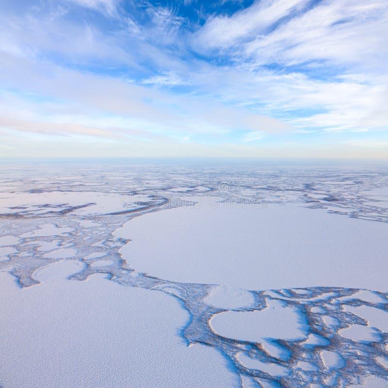 Χειμερινή ημέρα επάνω από τις παγωμένες tundra λίμνες, τοπ άποψη στοκ φωτογραφίες με δικαίωμα ελεύθερης χρήσης