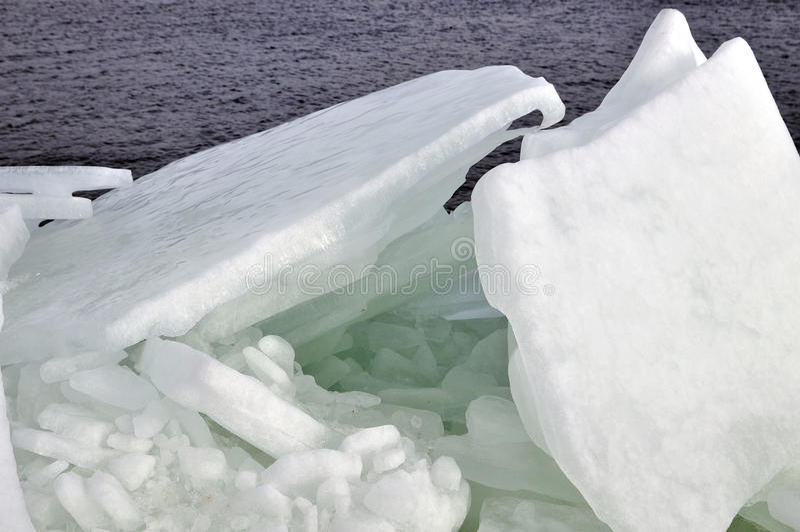 Χειμερινή ημέρα στον ποταμό Dnieper με τους σωρούς του σπασμένου πάγου στοκ φωτογραφία με δικαίωμα ελεύθερης χρήσης