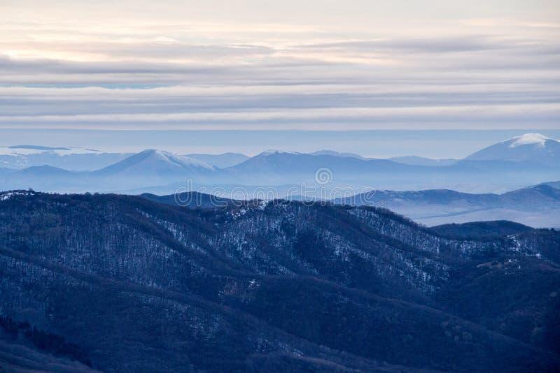 Χειμερινή θέα βουνού από το Hill Kopitoto, Vitosha βουνό, Sofia, Βουλγαρία στοκ εικόνες