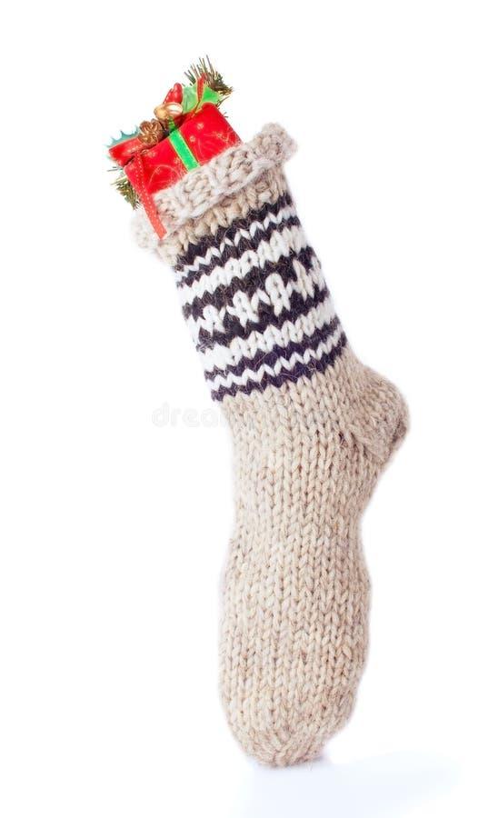 Χειμερινή θερμή κάλτσα με το δώρο Χριστουγέννων στοκ φωτογραφία με δικαίωμα ελεύθερης χρήσης