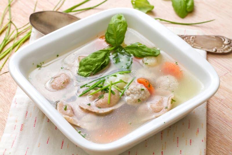 Χειμερινή θερμαίνοντας σούπα με το ιταλικό tortellini στοκ φωτογραφία με δικαίωμα ελεύθερης χρήσης
