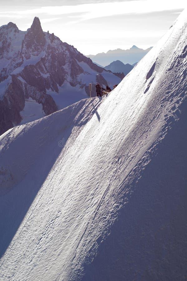 Χειμερινή διασκέδαση στις Άλπεις - που πηγαίνουν κάτω από την κλίση στοκ φωτογραφίες με δικαίωμα ελεύθερης χρήσης