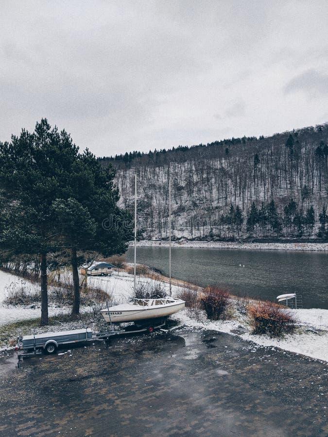 Χειμερινή λίμνη στοκ φωτογραφία με δικαίωμα ελεύθερης χρήσης