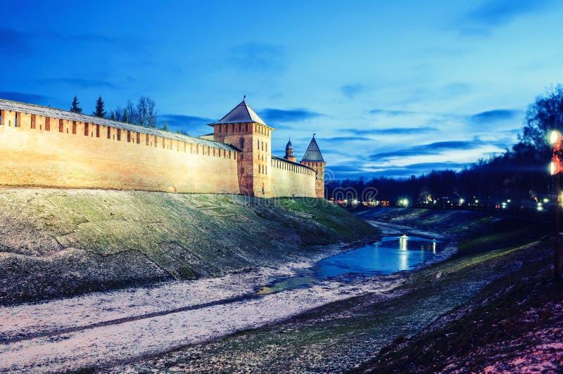 Χειμερινή νύχτα Novgorod Κρεμλίνο Veliky σε Veliky Novgorod, Ρωσία, ζωηρόχρωμη σκηνή  στοκ φωτογραφίες με δικαίωμα ελεύθερης χρήσης