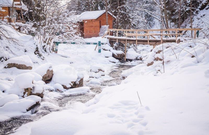 Χειμερινή ξύλινη καμπίνα στα βουνά στοκ εικόνα