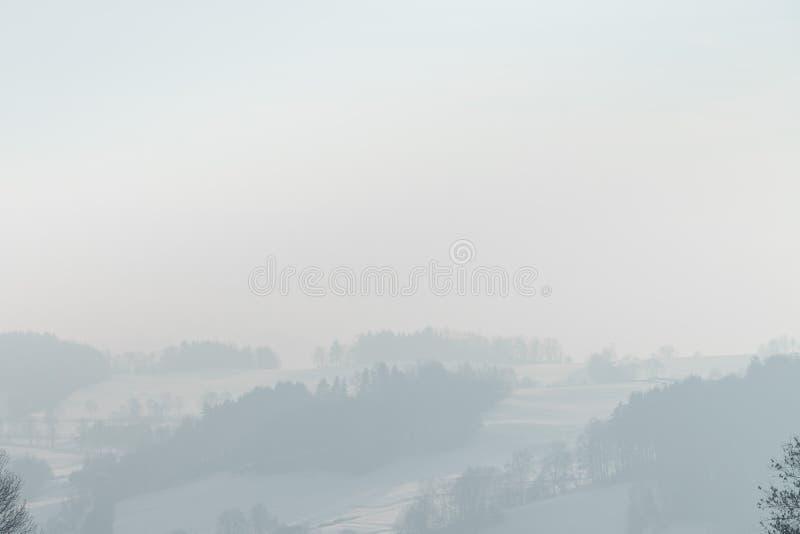 Χειμερινή ομίχλη στα βουνά μεταλλεύματος στοκ εικόνες