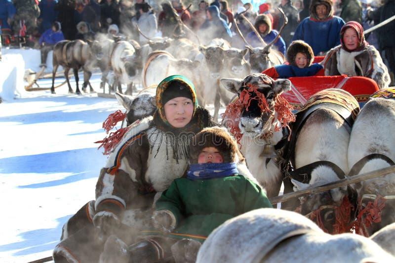 Χειμερινή παγωμένη ημέρα herders ταράνδων μητέρων και παιδιών στη Σιβηρία στοκ φωτογραφία με δικαίωμα ελεύθερης χρήσης