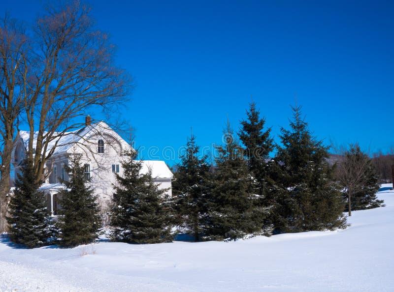 Χειμερινή σκηνή εξοχικών σπιτιών στη Νέα Αγγλία στοκ φωτογραφίες