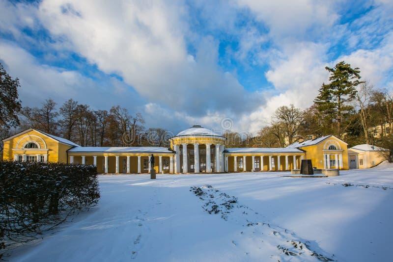 Χειμερινή σκηνή της κίτρινης οικοδόμησης της κιονοστοιχίας του Ferdinand σε Marienbad στοκ εικόνα