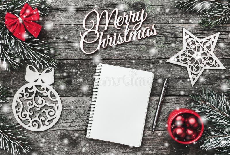 Χειμερινή σύνθεση, στο παλαιό ξύλινο υπόβαθρο σφαίρες και παιχνίδια Χριστουγέννων διαστημική κάρτα για ένα μήνυμα χαιρετισμού στοκ φωτογραφία