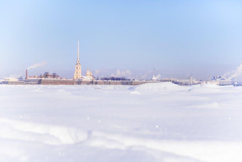 Χειμερινή υψηλή βασική άποψη του Peter και του φρουρίου του Paul σε Άγιο Πετρούπολη, Ρωσία στοκ φωτογραφία με δικαίωμα ελεύθερης χρήσης