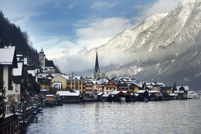 Χειμερινή φυσική άποψη του χωριού Hallstatt στις αυστριακές Άλπεις στοκ εικόνα