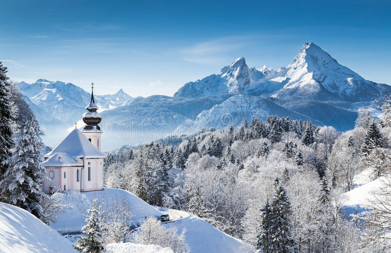 Χειμερινή χώρα των θαυμάτων στις Άλπεις με την εκκλησία στοκ φωτογραφία