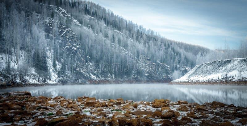 Χειμερινή όχθη ποταμού στα βουνά στοκ εικόνες
