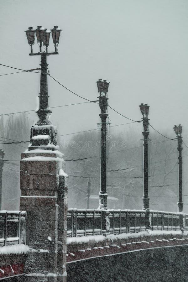 Χειμερινός άσχημος καιρός, χιονοπτώσεις, χιονισμένη γέφυρα πόλεων στοκ εικόνες με δικαίωμα ελεύθερης χρήσης