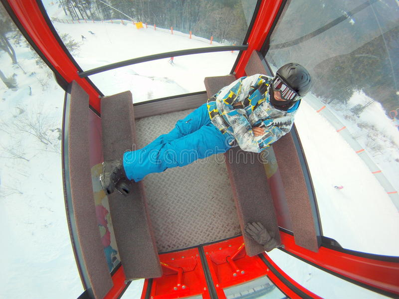 Χειμερινός αθλητής που χρησιμοποιεί το τελεφερίκ στοκ εικόνα