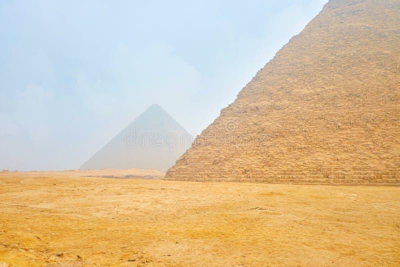 Χειμερινός περίπατος μεταξύ των πυραμίδων σε Giza, Αίγυπτος στοκ εικόνες με δικαίωμα ελεύθερης χρήσης
