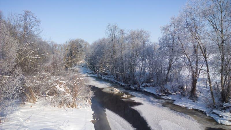 Χειμερινός ποταμός Ηλιόλουστη παγωμένη ημέρα στοκ εικόνα