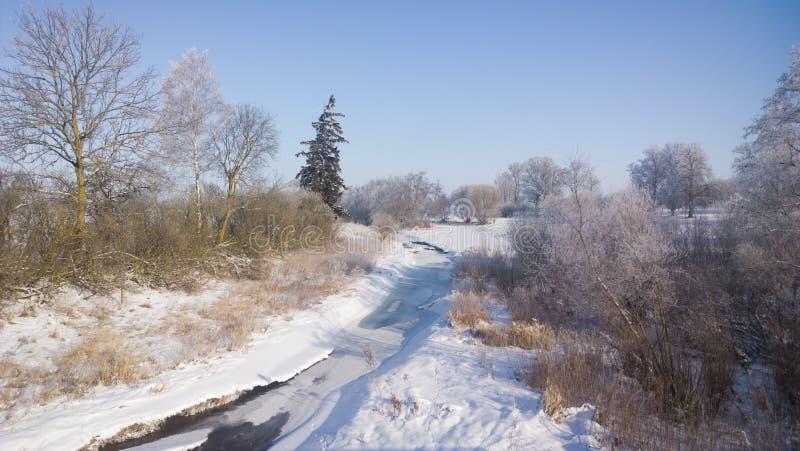 Χειμερινός ποταμός Ηλιόλουστη παγωμένη ημέρα στοκ φωτογραφία με δικαίωμα ελεύθερης χρήσης