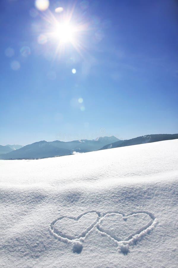 Χειμερινό βαυαρικό τοπίο με τις καρδιές και τη φωτεινή ηλιοφάνεια W αγάπης στοκ εικόνες με δικαίωμα ελεύθερης χρήσης