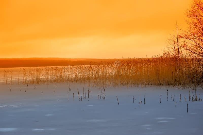 Download Χειμερινό ηλιοβασίλεμα πέρα από τη λίμνη Στοκ Εικόνα - εικόνα από σκοτεινός, παγετώνας: 22788275