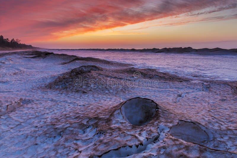 Χειμερινό ηλιοβασίλεμα σε μια Huron λιμνών ακτή στοκ εικόνες