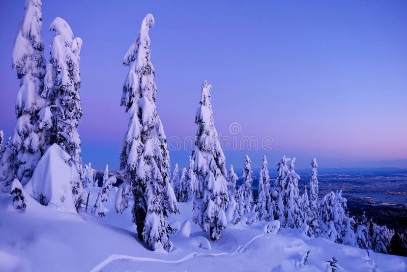 Χειμερινό ηλιοβασίλεμα στα βουνά πέρα από την πόλη στοκ φωτογραφία με δικαίωμα ελεύθερης χρήσης