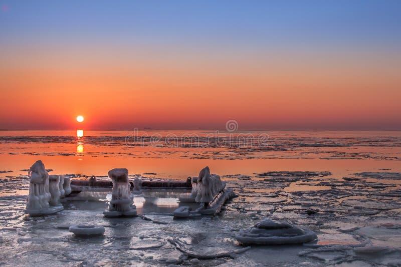 Χειμερινό ηλιοβασίλεμα στη θάλασσα της Βαλτικής στοκ φωτογραφίες με δικαίωμα ελεύθερης χρήσης