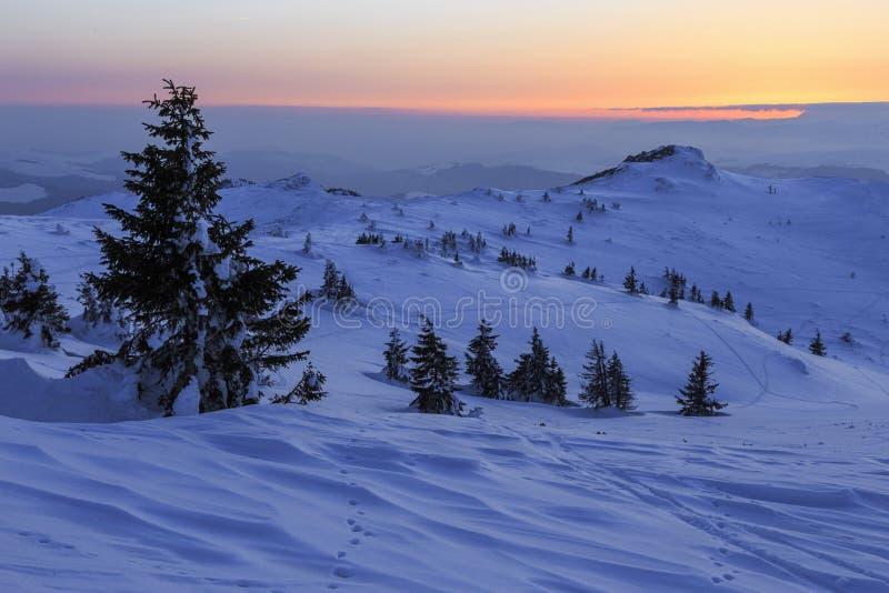 Χειμερινό ηλιοβασίλεμα στο βουνό - Ρουμανία στοκ φωτογραφία