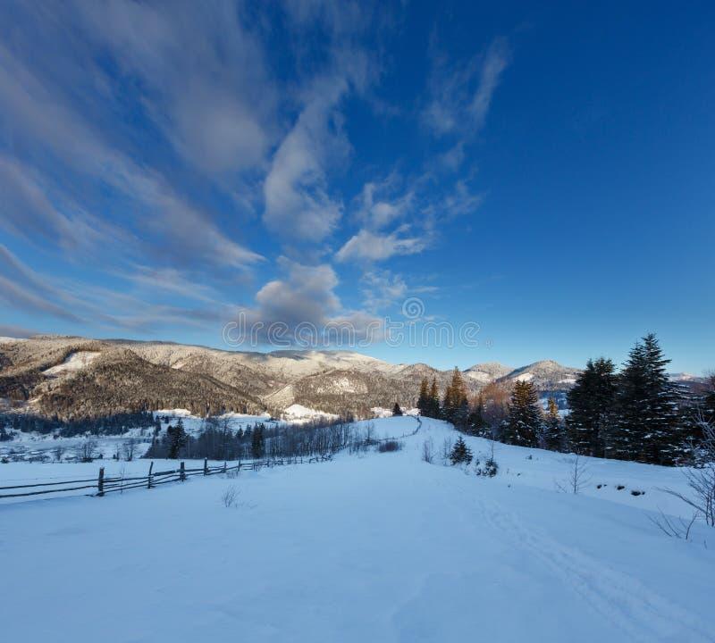 Χειμερινό Καρπάθιο ορεινό χωριό Zelene σούρουπου πρωινού ανατολής στη μαύρη κοιλάδα ποταμών Cheremosh μεταξύ του όρους  στοκ εικόνες με δικαίωμα ελεύθερης χρήσης