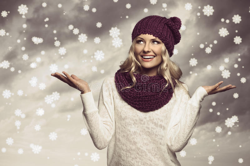 Χειμερινό κορίτσι στο λευκό στο χρώμα grunge στοκ εικόνες με δικαίωμα ελεύθερης χρήσης