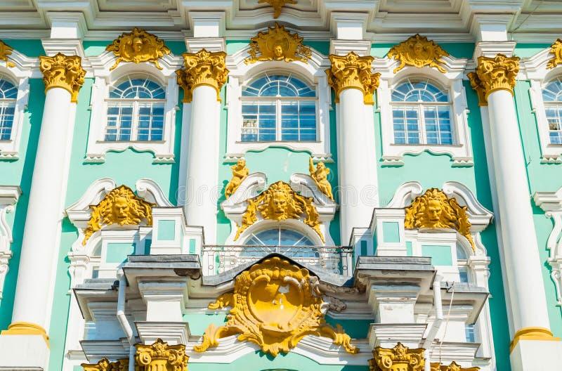Χειμερινό παλάτι και κτήριο μουσείων ερημητηρίων, άποψη προσόψεων με τις γλυπτικές λεπτομέρειες Αγία Πετρούπολη, Ρωσία στοκ εικόνες με δικαίωμα ελεύθερης χρήσης