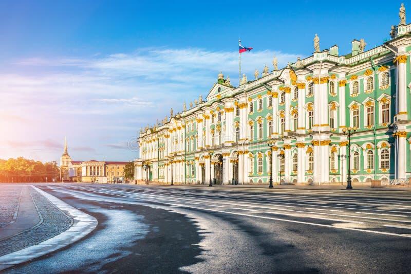 Χειμερινό παλάτι στο τετράγωνο παλατιών στοκ φωτογραφία με δικαίωμα ελεύθερης χρήσης