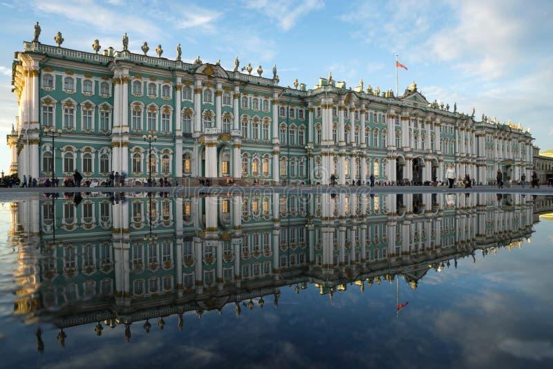 Χειμερινό παλάτι Το Μουσείο Ερμιτάζ Αντανάκλαση στοκ εικόνες