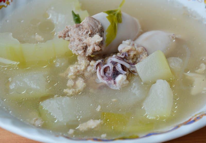 Χειμερινό πεπόνι και γεμισμένη σούπα καλαμαριών στο κύπελλο στοκ φωτογραφία με δικαίωμα ελεύθερης χρήσης