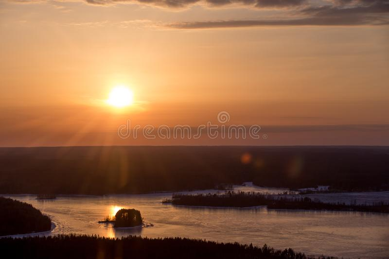 Χειμερινό πορτοκαλί ηλιοβασίλεμα σε Valdai στοκ εικόνες