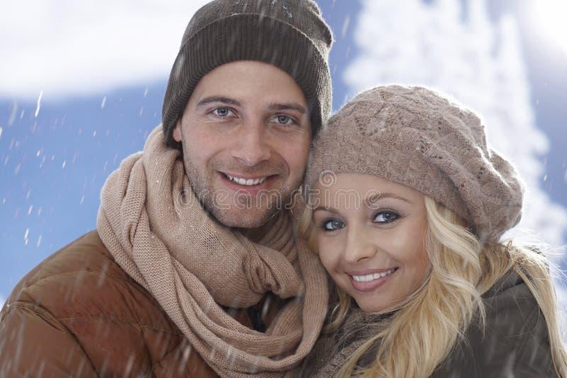 Χειμερινό πορτρέτο κινηματογραφήσεων σε πρώτο πλάνο της αγάπης του ζεύγους στοκ εικόνες