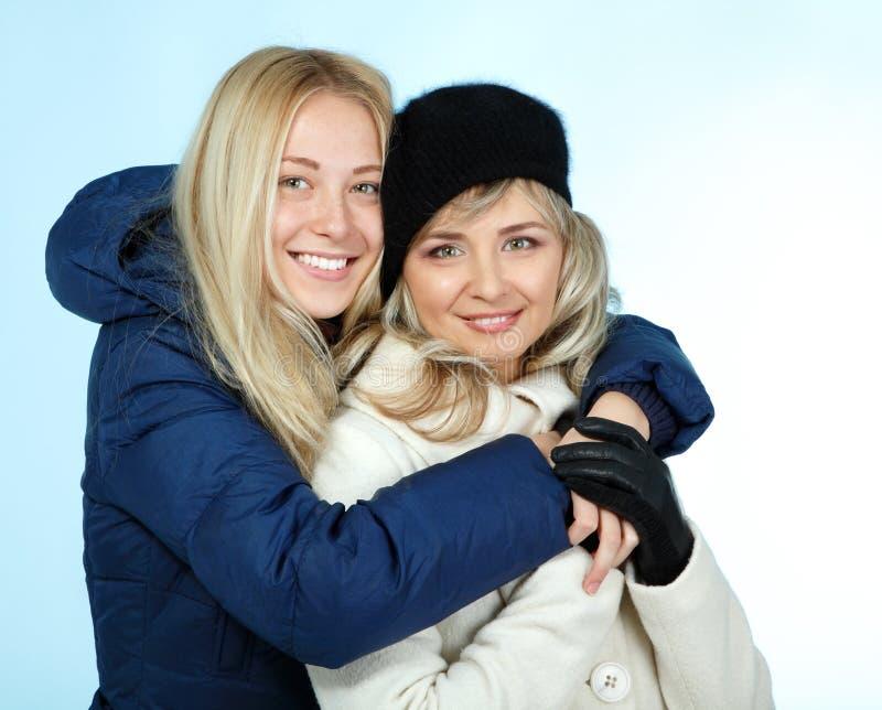 Χειμερινό πορτρέτο κορών μητέρων και εφήβων στοκ εικόνα