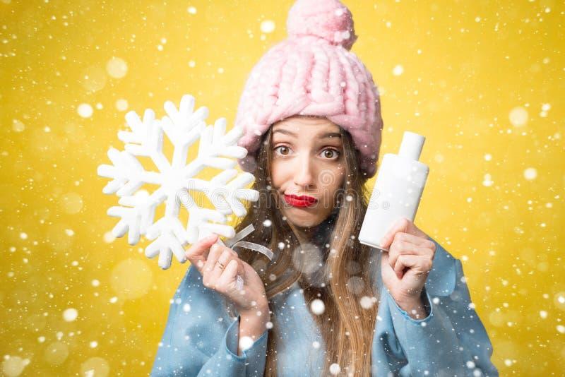 Χειμερινό πορτρέτο της γυναίκας με το σαμπουάν τρίχας στοκ φωτογραφίες με δικαίωμα ελεύθερης χρήσης